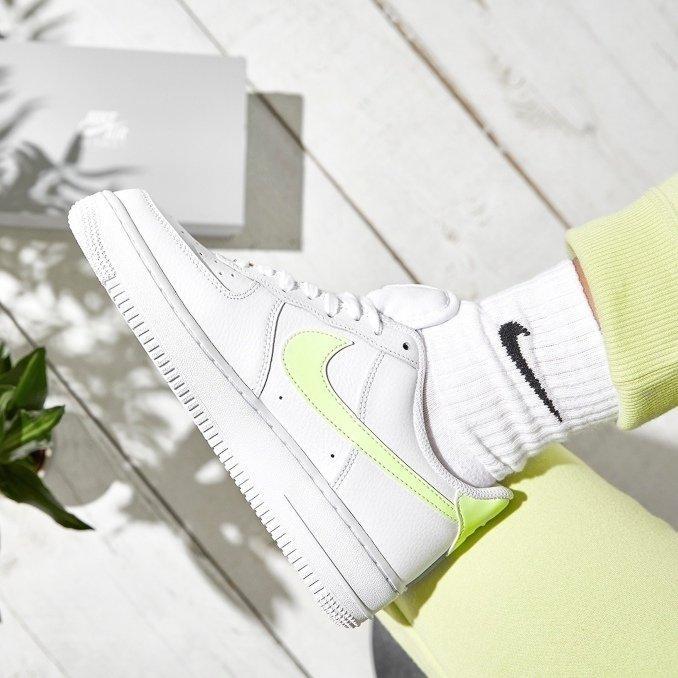 AF1 brancas com o logo em verde néon