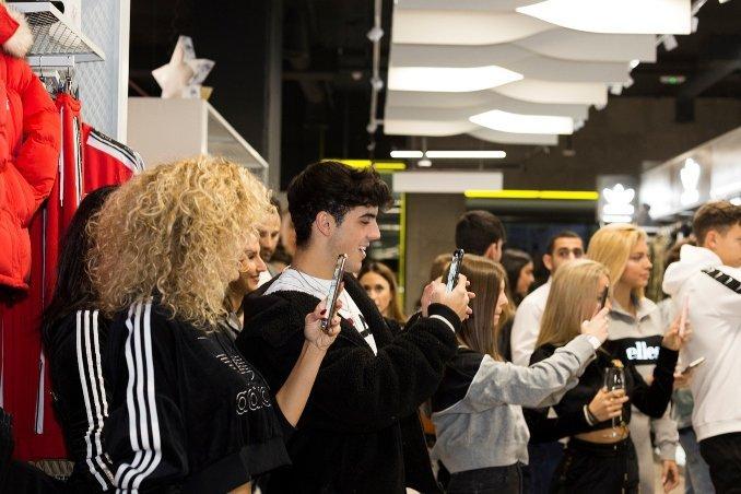 personas grabando y haciendo fotos con sus móviles