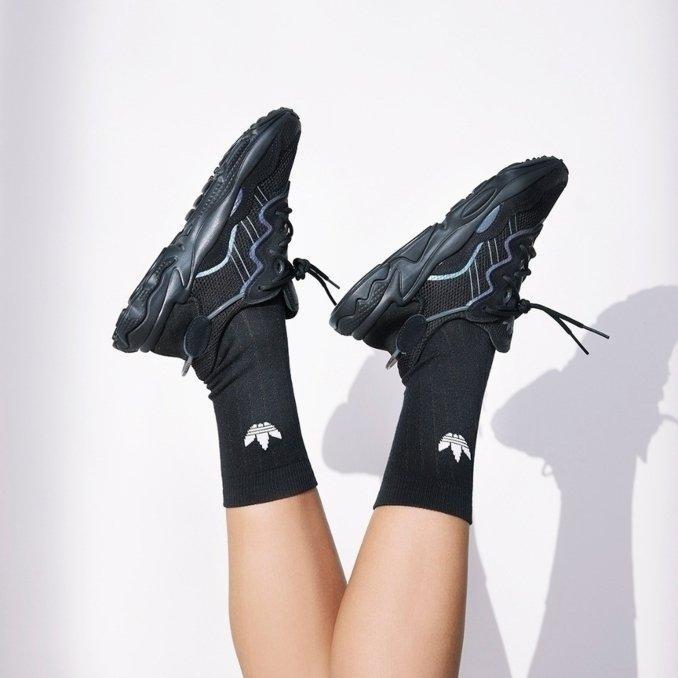 adidas Ozweego negras con calcetines