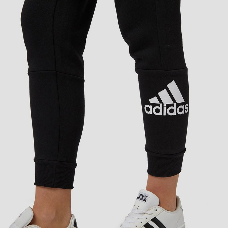 ADIDAS MH BADGE OF SPORT JOGGINGBROEK ZWART DAMES