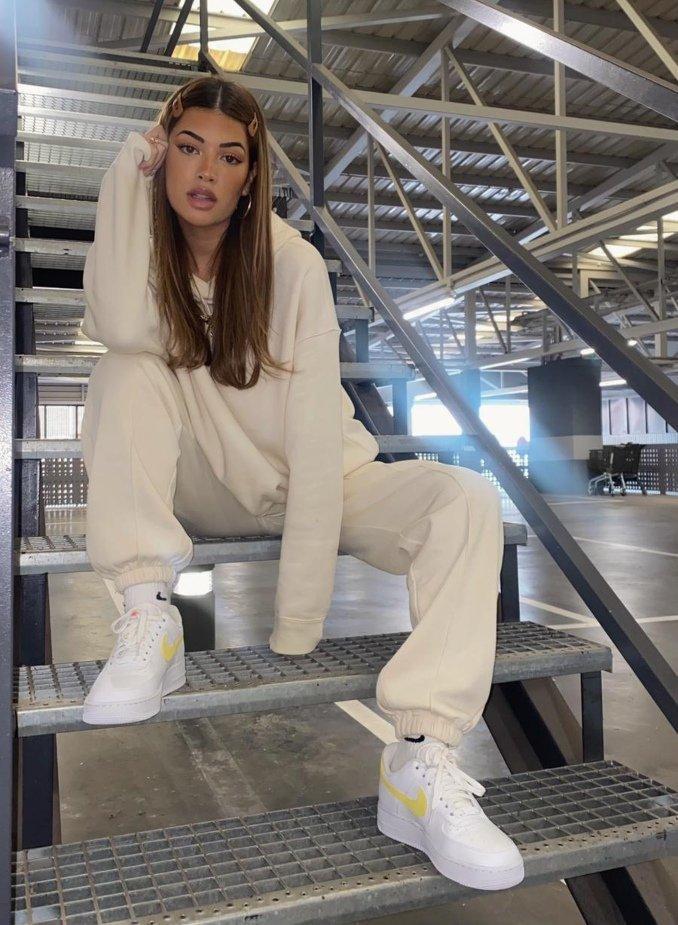Teresa Seco con chándal beige y zapatillas Nike Air Force 1
