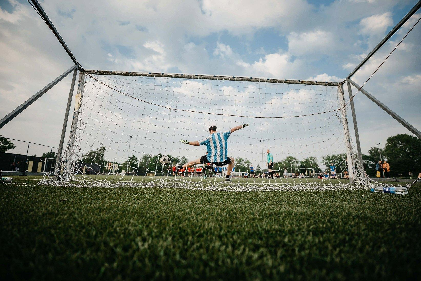 Torwart in Tor während Fußballspiel