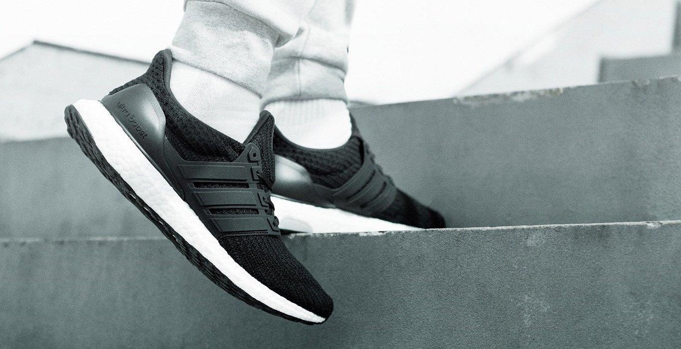 adidas Ultra Boost negras en pie