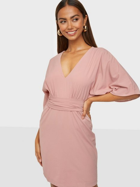 Se NLY Trend Kimono Bow Dress Loose fit Dusty Pink ved Nelly