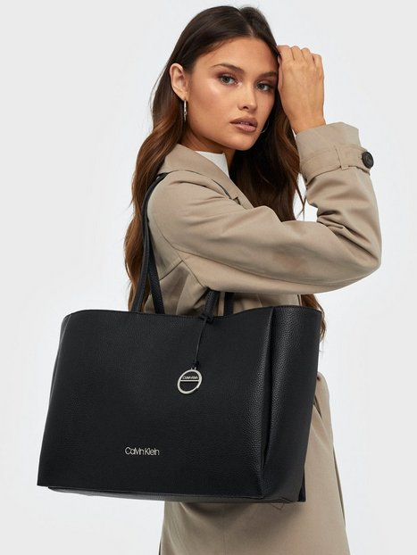 Calvin Klein Sided Shopper W/ Laptop Sleeve Handväskor