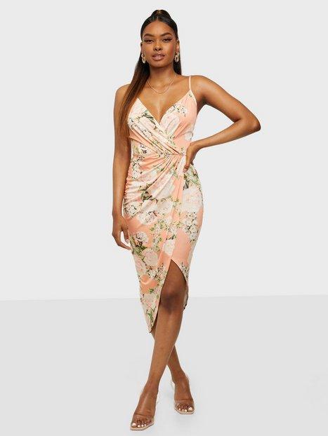 NLY One Wrap Ruched Print Dress Tætsiddende kjoler Coral