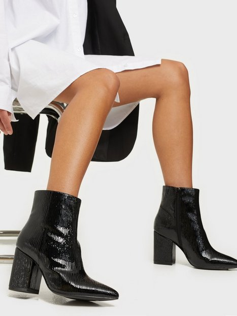 NLY Shoes Sharp Block Boot Heel Black patent