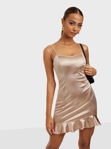 NLY One Satin Frill Hem Dress Tætsiddende kjoler
