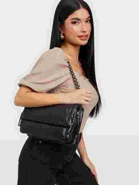 Köp The Marc Jacobs The Pillow Bag Black | Väskor
