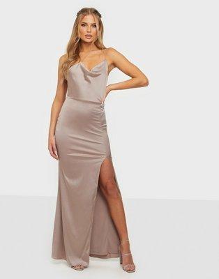 NLY Eve Put On A Show Strap Gown Tætsiddende kjoler