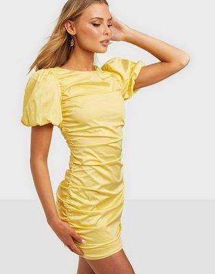 NLY Trend The Cutest Ruched Dress Tætsiddende kjoler Light Yellow
