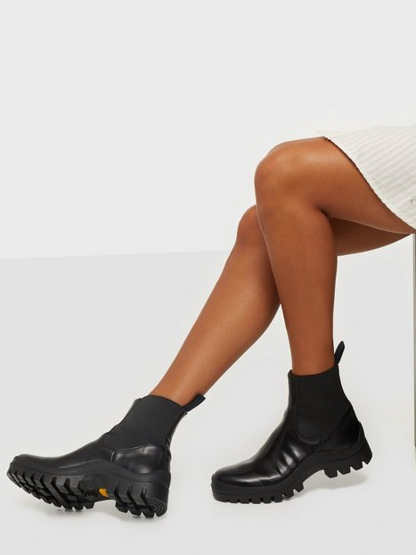 Se ATP ATELIER Catania Flat Boots ved Nelly