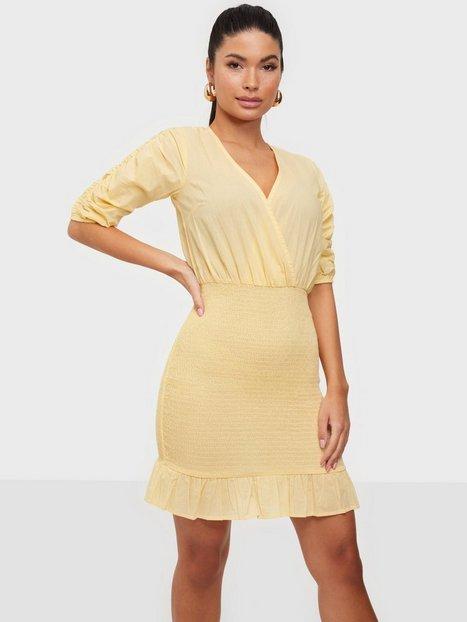 NLY Trend Smock Bottom Dress Tætsiddende kjoler Lysegul