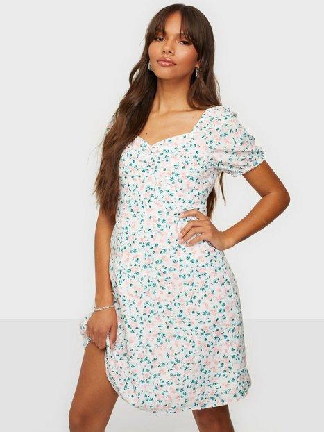 Se Pieces Pcpipa Ss Dress D2D Hverdagskjoler Bright White Pink Flowers ved Nelly