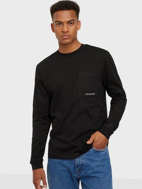 Se Calvin Klein Jeans Micro Branding Ls Pocket Tee Trøjer Black ved NLY Man