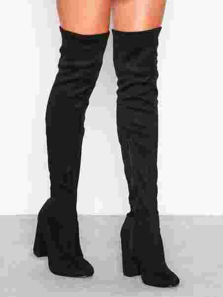 Thigh high black boots. | Hun burde ikke have andet på