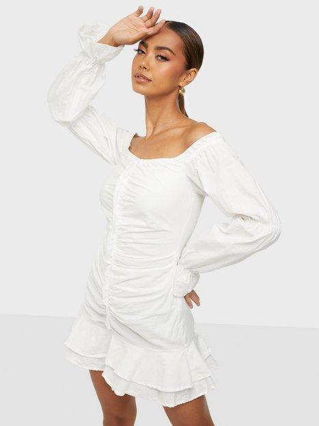 Parisian Rouched Ruffle Bardot Dress Tætsiddende kjoler