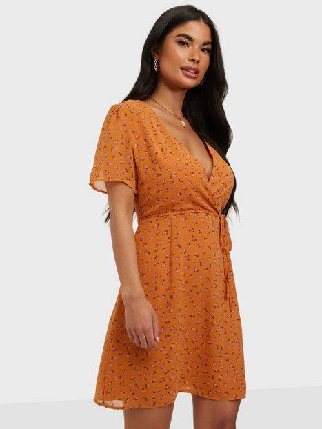 Glamorous Nelly x Glamorous Puff Sleeve Wrap Dress Skater kjoler Orange