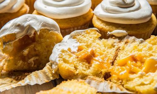 Baked Peach Cobbler Cupcakes