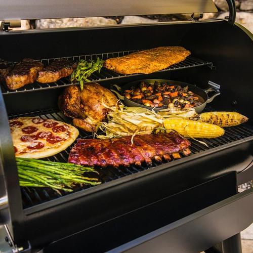 traeger-pro-series-780-pellet-grill-bronze-inside-food-close