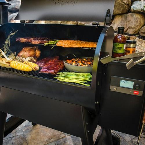 traeger-pro-series-780-pellet-grill-inside-food-close