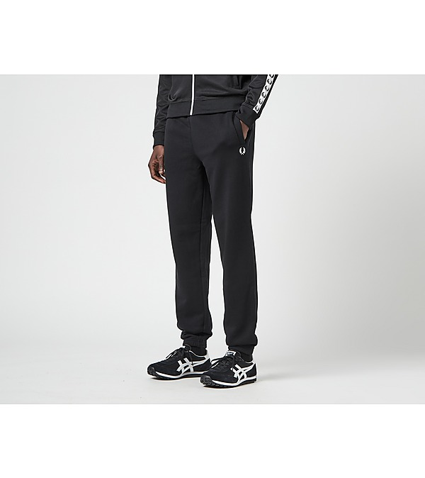 white-tommy-jeans-flag-badge-organic-cotton-t-shirt